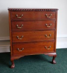 Lot 194: 20th century mahogany chest of drawers est. €300/500