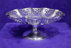 Lot 25: A MID CENTURY PIERCED SILVER BONBON DISH, Maker's mark EV, possibly Edward Viner of Viners Ltd, Sheffield 1956