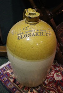 Lot 105: A LARGE STONEWARE JAR, FROM THE CLONAKILTY WINE SPIRITS BEER COMPANY